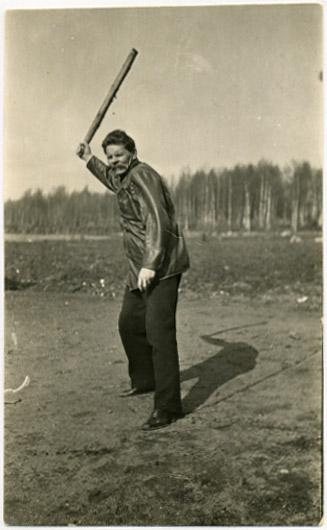 Максим Горький играет в городки